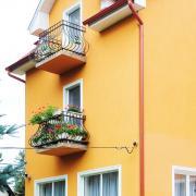 Öregek otthona: virágos erkély
